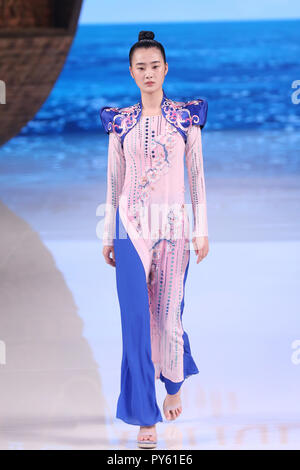 Beijing, China. 25th Oct, 2018. A model presents a creation of Ne Tiger at the China Fashion Week Spring/Summer 2019 in Beijing, China. Credit: SIPA Asia/ZUMA Wire/Alamy Live News - Stock Photo