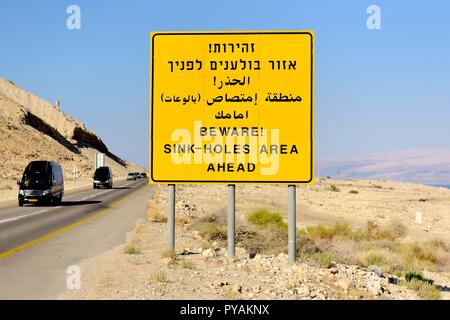 A traffic sign with a warning of sink holes near the shore of the Dead see at the Negev desert near En Gedi (Israel), 27 September 2018. | usage worldwide - Stock Photo