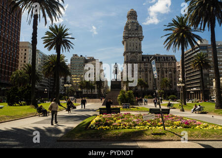 Main square in Montevideo, Plaza de la independencia, Salvo palace - Stock Photo