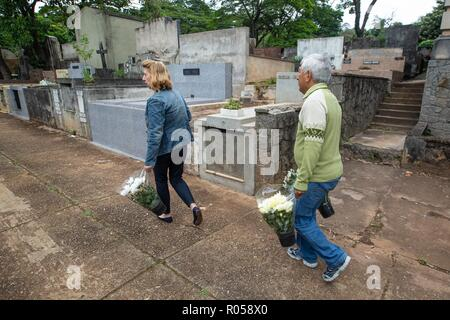 Sao Paulo, Brazil. 2nd Nov 2018. SP - Sao Paulo - 02/11/2018 - Day of the Finished Sao Paulo - Movement in the Cemiterio do Araca in Sao Paulo on the morning of this day 2 of November day of the deceased Photo: Suamy Beydoun / AGIF Credit: AGIF/Alamy Live News - Stock Photo