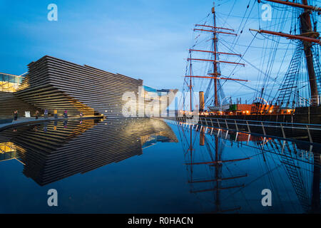 Exterior view of new V&A Museum and RRS Discovery ship at Discovery Point in the evening in Dundee, Scotland, UK. Architect Kengo Kuma. - Stock Photo