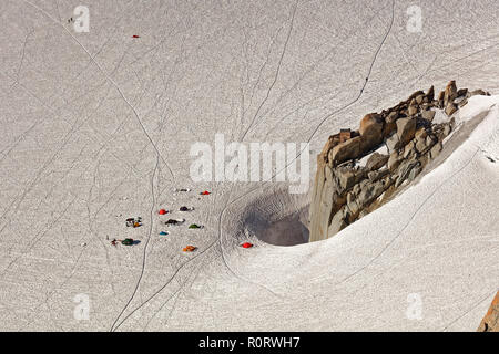 Aiguille du Midi, Chamonix, south-east France, Auvergne-Rhône-Alpes. Climber's base camp on Col du Midi below Aiguille du Midi - views from cable car  - Stock Photo