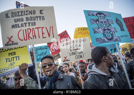 Rome, Italy. 10th Nov, 2018. November 10, 2018 -Rome, Italy- demonstration against Salvini Decree and racism. A national demonstration is held in Rome against the government and racism convened by numerous associations involved in the world of reception and anti-racism.Tens of thousands of people, coming from all over Italy, have reached the capital to participate in the march, for which 40 thousand people are expected. Credit: Danilo Balducci/ZUMA Wire/Alamy Live News - Stock Photo