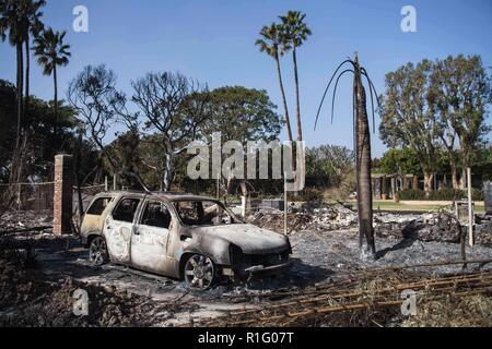 Malibu, California, USA. 12th Nov, 2018. Many houses lie in ruin, this smoke from the ground still seeping out from hot spots in Point Dume. Credit: Chris Rusanowsky/ZUMA Wire/Alamy Live News - Stock Photo