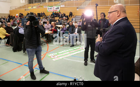 Schmalkalden, Germany. 15th Nov, 2018. Peter Altmaier (CDU, r), Federal Minister of Economics and Energy, speaks at the citizens' dialogue on grid expansion. Altmaier wants to inform himself about the problems and obstacles in the expansion of new power lines in Thuringia and Bavaria and talk about the grid expansion projects in the region, especially Südlink. Credit: Arifoto Ug/Michael Reichel/dpa/Alamy Live News - Stock Photo