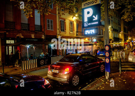 Cars queing to enter the multi-storey car park in the Place des Carmes, Toulouse, France - Stock Photo