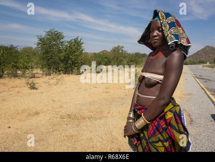 Mucubal tribe woman selling bracelets on the side of the road , Namibe Province, Capangombe, Angola - Stock Photo