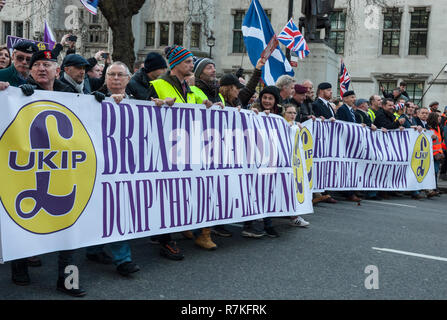 Pro Brexit Rally, London UK, organised by UKIP with far right supporters. Lead banner with UKIP logo, 'Brexit means Exit, Dump the Deal' - Stock Photo