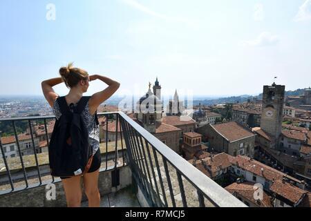 Italy, Lombardy, Bergamo, the Citta Alta (upper citty), seen from the Torre di Gomito on the Duomo, the Cappella Colleoni (Colleoni Chapel) and the Campanone or torre Civica - Stock Photo