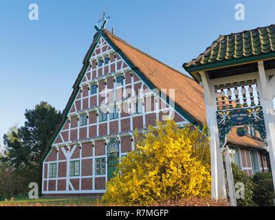Altländer Bauernhaus mit weißer Prunkpforte, erbaut von Otto Palm um 1660, Stellmacherstraße 9, Neuenfelde, Stadtteil der Freien und Hansestadt Hambur - Stock Photo