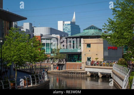 The River Kennet flows through the Oracle Shopping Centre in Reading, Berkshire - Stock Photo