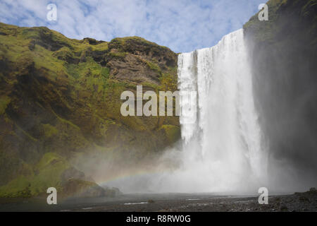Skógafoss, Skogafoss, 'Waldwasserfall', Wasserfall auf Island, Wasserfall des Flusses Skógá im Süden Islands, waterfall in the south of Iceland - Stock Photo