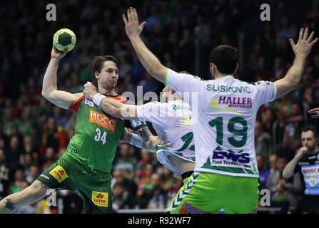 Magdeburg, Germany. 19th Dec, 2018. Handball: DHB Cup, SC Magdeburg - Frisch Auf Göppingen, main round, knockout round, quarter finals Michael Damgaard (l) from Magdeburg plays against Jacob Bagersted (M) and Ivan Sliskovic (r) from Goeppingen. Credit: Ronny Hartmann/dpa-Zentralbild/dpa/Alamy Live News - Stock Photo