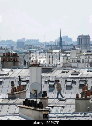 Prod DB © Claire Nicol - Les grands espaces / DR UN BEAU VOYOU de Lucas Bernard 2019 FRA. toits de Paris; france; paris roofs - Stock Photo