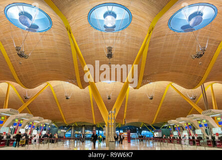 Madrid Airport Terminal 4 departures Madrid Barajas Airport designed by Antonio Lamela, Richard Rogers, Aeropuerto Adolfo Suárez Madrid-Barajas. - Stock Photo