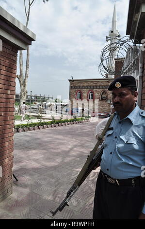 A policeman guards red mosque, also know as laal masjid in Islamabad, Pakistan. - Stock Photo