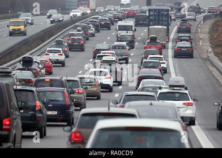 10.02.2018, Bayern, Allersberg, Deutschland, Seitenstreifen der A9 wurde wegen hohen Verkehrsaufkommens fuer den Verkehr freigegeben. 00S180210D110CAR - Stock Photo