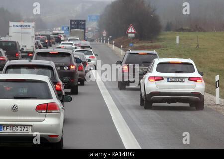 10.02.2018, Bayern, Allersberg, Deutschland, Seitenstreifen der A9 wurde wegen hohen Verkehrsaufkommens fuer den Verkehr freigegeben. 00S180210D111CAR - Stock Photo