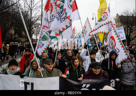 Budapest, Hungary. 5th Jan, 2019. Members of the far right wing political party Jobbik seen holding flags during the demonstration.Since December 2018, Hungarians took to the streets for more than a week protesting against the new labour law and the introduction of a new parallel courts system. People demonstrated against the recently approved labour law, known as Slave law introduced by the government of Hungarian Prime Minister Viktor Orban at Heroes Square. Credit: Omar Marques/SOPA Images/ZUMA Wire/Alamy Live News - Stock Photo