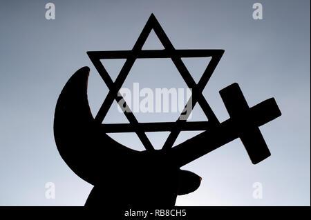 Symboles interreligieux. Christianity, Islam, Judaism 3 monotheistic religions. Jewish Star, Cross and Crescent : Interreligieuse symbols in hands. - Stock Photo