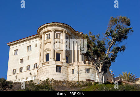 The landmark Villa de Leon in Pacific Palisades, CA, overlooks the Pacific Coast Highway. It is often mistaken for the nearby Getty Villa museum. - Stock Photo