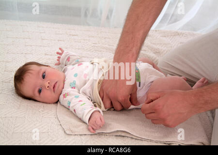 Vater kümmert sich um Säugling | father with baby taking care - Stock Photo