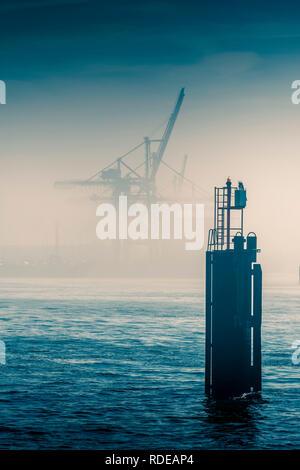 Deutschland, Hamburg, Elbe, Hafen, Nebel - Stock Photo