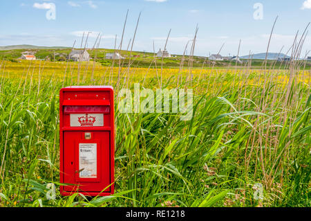 A remote Royal Mail pillar box in the small settlement of Eoligarry in the north of the Isle of Barra, Outer Hebrides. - Stock Photo
