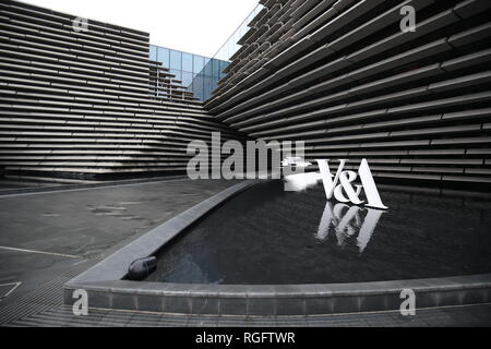 A general view of the V&A Dundee, Scotland's first design museum. The building designed by Japanese architect Kengo Kuma on the banks of the River Tay is the centrepiece of an ongoing £1 billion regeneration of Dundee's waterfront. - Stock Photo
