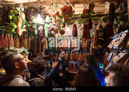 Hier wird das georgische Snickers verkauft. Tiflis, Georgien - Stock Photo