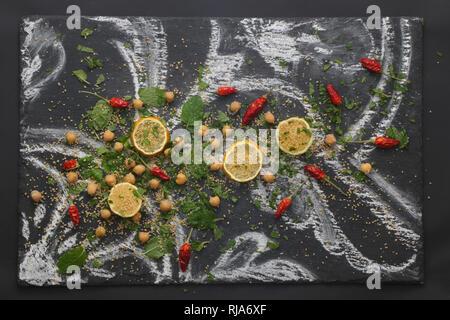 Marokkanisches Stilleben mit Couscous und Minze - Stock Photo