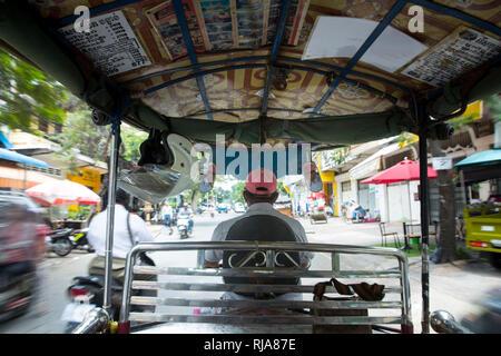 Kambodscha, Phnom Penh, Straßenszene, fahrt in einem Tuk Tuk Taxi - Stock Photo