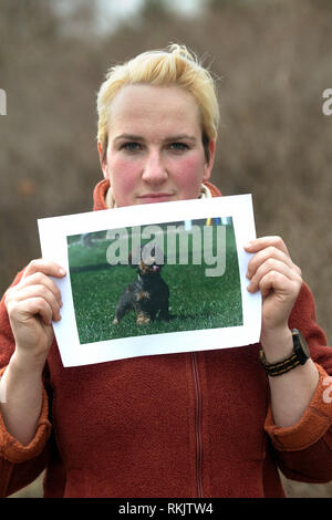 Berlin, Germany. 07th Feb, 2019. Maxi Schwebig, daughter of the dog owner, holds a picture with the missing dachshund 'Schnipsel' in the camera. Because her mother has been in such a bad state since her disappearance two months ago, she is now organizing the search for the seven-year-old dachshund (to dpa-KORR 'Dackel gesucht: Erpresser nutzen Leid von Haltern aus' of 12.02.2019) Credit: Paul Zinken/dpa/Alamy Live News - Stock Photo