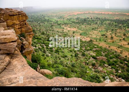 Mali, Dogon Country. Bandiagara Escarpment. This escarpment, created by a geological fault, is 150 Km long and can reach 300 metres high. - Stock Photo