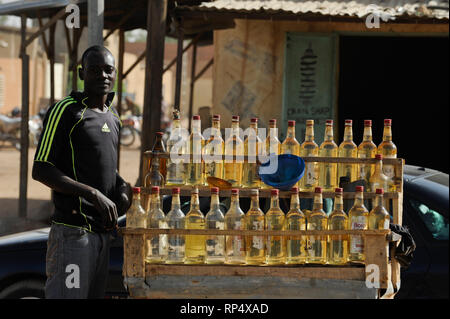 NIGER Zinder, selling of smuggled petrol from Nigeria in gin glass bottles / NIGER Zinder, Verkauf von geschmuggeltem Benzin in Gin Flaschen, der Niger ist seit 2012 Oelproduzent und betreibt mit chinesischer Firma CNPC die neue Raffinerie SORAZ bei Zinder - Stock Photo
