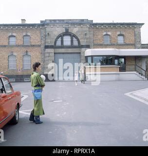 EIN FALL FÜR ZWEI / Fasolds Traum BRD 1986 / Szene vor dem Gefängnis mit BARBARA FENNER, Folge: 'Fasolds Traum', # / Überschrift: EIN FALL FÜR ZWEI / BRD 1986 - Stock Photo