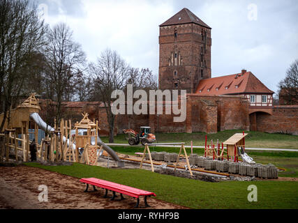 12 March 2019, Brandenburg, Wittstock/Dosse: Workers build a playground on the grounds of the Landesgartenschau. The Brandenburg Garden Festival will take place from 18 April to 6 October 2019. (to 'Five weeks before the Landesgartenschau the bulbs are in the ground') Photo: Monika Skolimowska/dpa-Zentralbild/ZB - Stock Photo