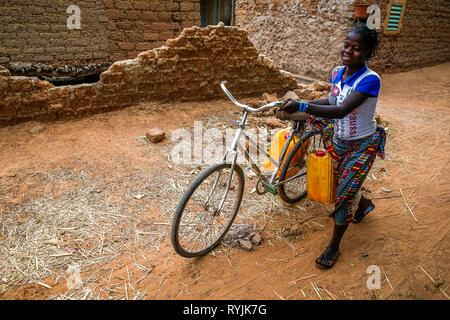Girls fetching water in a village near Ouahigouya, Burkina Faso. - Stock Photo