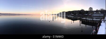 Sonnenuntergang am Starnberger See, ruhiges Wasser, windstill, Panorama, gelb-blau, Naturidylle, Bayern - Stock Photo