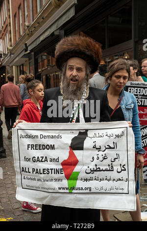 London, UK. 30th March 2019. Rally for Palestine, Exist, Resist and Return. Held outside the Israeli Embassy on Palestinian Land Day. Demanding freedom, justice and equality for the Palestinian people. March 30th also marks the the 1st anniversary of the start of the Great Return March. Organised by: Palestine Solidarity Campaign, Stop the War Coalition, Palestinian Forum in Britain, Friends of Al- Aqsa and Muslim Association of Britain. Credit: Stephen Bell/Alamy Live News. - Stock Photo