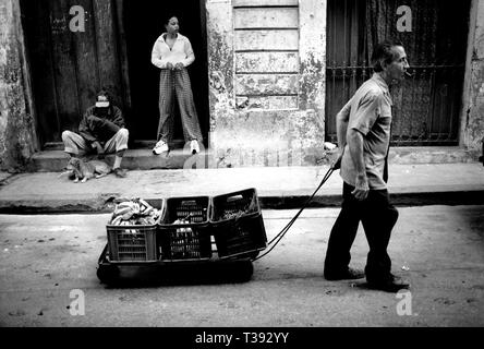 Street life in Havana, Cuba, 1999. Elderly man with cigar pulling cart with vegetables. Photo Jeppe Gustafsson - Stock Photo
