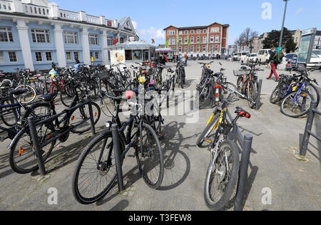 Rostock, Germany. 09th Apr, 2019. Bicycles are parked in front of Rostock main station. In the nationwide bicycle climate test of the Allgemeine Deutscher Fahrradclub (ADFC), Rostock scored well with 7th place in the category of cities between 200,000 and 500,000 inhabitants, Greifswald came 6th in the category of cities between 50,000 and 100,000 inhabitants. According to the ADFC, the test is the largest survey on the satisfaction of cyclists worldwide. Credit: Bernd Wüstneck/dpa/ZB/dpa/Alamy Live News - Stock Photo