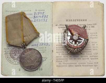 Ordre du Drapeau Rouge, badge modèle 1941, de fabr. 'Monetnij Dvor', no. 71948, diamètre 48 x 35mm. Médaille pour le Mérite au Combat, no. 3014894. Pièces consignées dans leur carnet daté 1943 (manque une décoration sous le no. 203531), Additional-Rights-Clearance-Info-Not-Available - Stock Photo