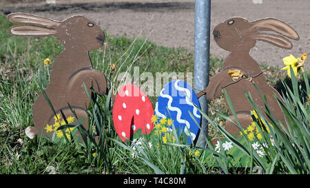 16 April 2019, Lower Saxony, Ostereistedt: An Easter greeting stands at the entrance of Ostereistedt. Here children from all over the world send letters to Hanni Hase at Easter, which are then answered at the post office in Zeven. Photo: Carmen Jaspersen/dpa - Stock Photo