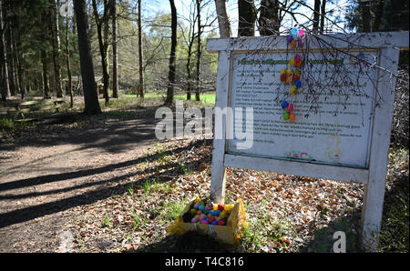 16 April 2019, Lower Saxony, Ostereistedt: A sign decorated with Easter eggs hangs before the way to the house of 'Hanni Hase' in the forest near Ostereistedt. Here children from all over the world send letters to Hanni Hase at Easter, which are then answered at the post office in Zeven. Photo: Carmen Jaspersen/dpa - Stock Photo
