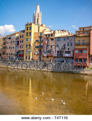 Riu Onyar riverside apartments with Girona Cathedral in the background - Stock Photo