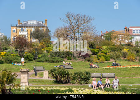 The warm sunny weather has brought large numbers of people and traffic to the Essex seafront town of Southend on Sea. Cliff gardens - Stock Photo