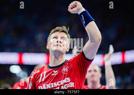 Mannheim, Germany. 21st Apr, 2019. Handball: Bundesliga, Rhein-Neckar Löwen - SG Flensburg-Handewitt, 22nd matchday, in the SAP Arena. Flensburg's Lasse Svan celebrates victory. Credit: Uwe Anspach/dpa/Alamy Live News - Stock Photo