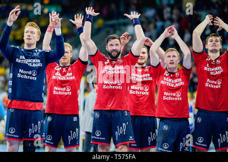 Mannheim, Germany. 21st Apr, 2019. Handball: Bundesliga, Rhein-Neckar Löwen - SG Flensburg-Handewitt, 22nd matchday, in the SAP Arena. Flensburg's team celebrates victory. Credit: Uwe Anspach/dpa/Alamy Live News - Stock Photo