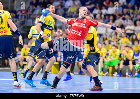 Mannheim, Germany. 21st Apr, 2019. Handball: Bundesliga, Rhein-Neckar Löwen - SG Flensburg-Handewitt, 22nd matchday, in the SAP Arena. Flensburg's Simon Hald Jensen throws at the goal. Credit: Uwe Anspach/dpa/Alamy Live News - Stock Photo